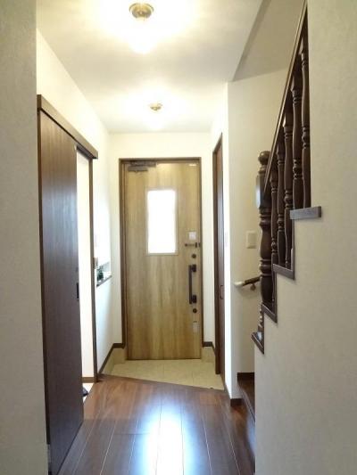 玄関ホール (敷地を活かした設計で広がりのあるLDKを実現。施主様こだわりのナチュラルアンティークの家)