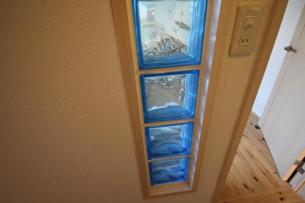 Hawaiian Livingの部屋 採光の機能を併せ持つガラスブロック