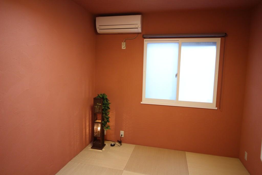 Hawaiian Livingの部屋 朱色の珪藻土がモダンな和室