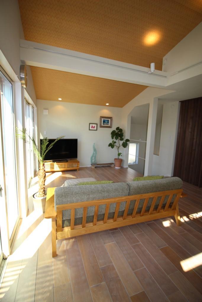 オーク無垢材フローリング×珪藻土のリビングの部屋 珪藻土の壁を間接照明が照らす、くつろぎのリビング