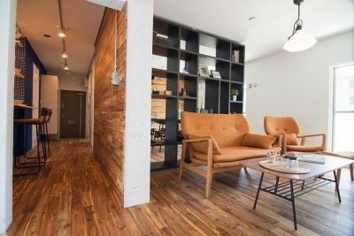廊下&リビング (団地リノベーション 02  山小屋風カフェのある部屋)