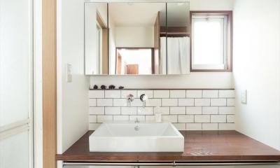 造作本棚のある家:『江古田の戸建リノベーション』 (サブウェイタイル風の洗面室)