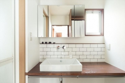 サブウェイタイル風の洗面室 (造作本棚のある家:『江古田の戸建リノベーション』)
