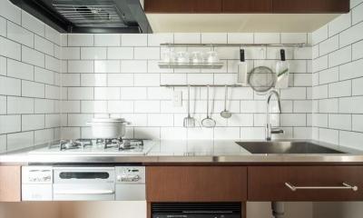 造作本棚のある家:『江古田の戸建リノベーション』 (コンパクトなキッチン)