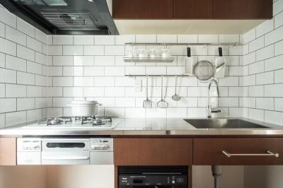 コンパクトなキッチン (造作本棚のある家:『江古田の戸建リノベーション』)