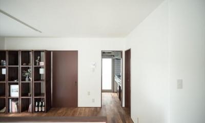 造作本棚のある家:『江古田の戸建リノベーション』 (ダイニングからキッチンを見る)