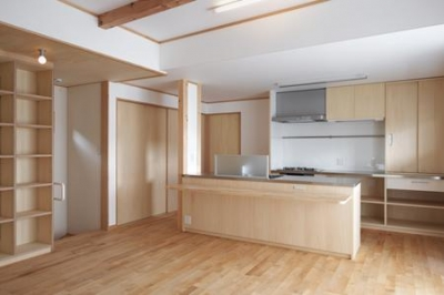 収納棚とアイランドキッチンのあるLDK (松阪市のY邸)