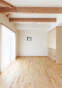 松阪市のY邸の写真 梁の見える洋室