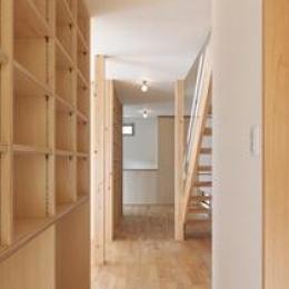 松阪市のY邸 (収納棚のある廊下)