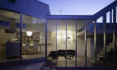 幸手N邸 (1階の子供室から見た中庭とLDKの夕景)