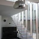 スチール階段のある白い空間