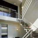 開放的な吹き抜けの階段ホール