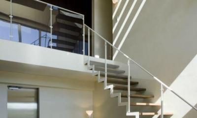 開放的な吹き抜けの階段ホール|弥右衛門のコートハウス