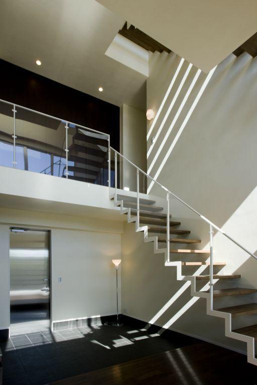 弥右衛門のコートハウスの写真 開放的な吹き抜けの階段ホール