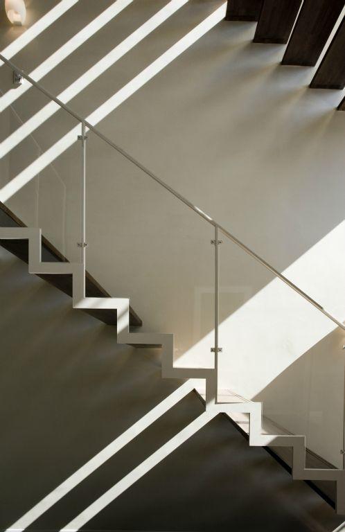 弥右衛門のコートハウスの部屋 光が差し込む階段