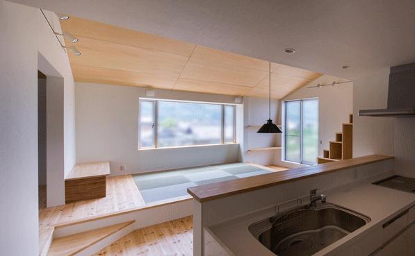 デまど~ココからの景色~の部屋 キッチンからリビングを見る