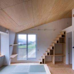 階段収納のあるリビング (デまど~ココからの景色~)