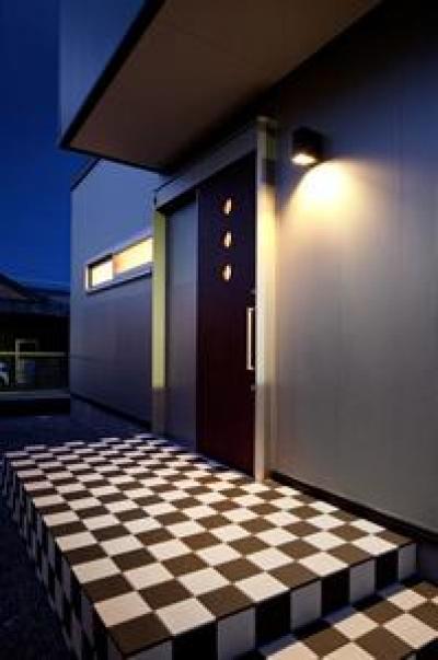 鈴鹿市のO邸 (白黒チェック柄がおしゃれな玄関ポーチ)