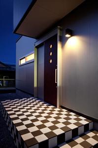 鈴鹿市のO邸の部屋 白黒チェック柄がおしゃれな玄関ポーチ