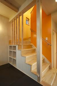 鈴鹿市のO邸の部屋 収納棚のある階段