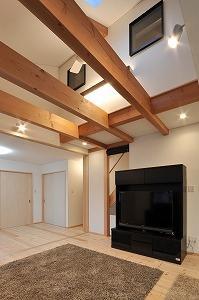 海野の家の部屋 天窓と梁の見えるリビング