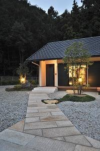 海野の家の部屋 石畳の玄関アプローチ