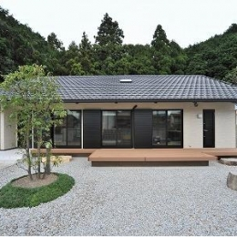 玉砂利を敷いた庭のある住宅 (海野の家)