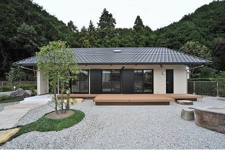 海野の家の部屋 玉砂利を敷いた庭のある住宅