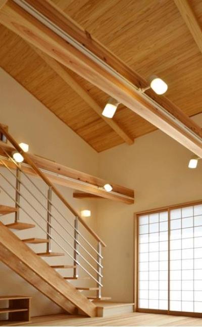 ハタノウエ~和歌山の家~ (スポットライトが明るく照らす階段)