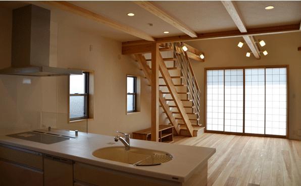 ハタノウエ~和歌山の家~の部屋 キッチンからリビングの眺め