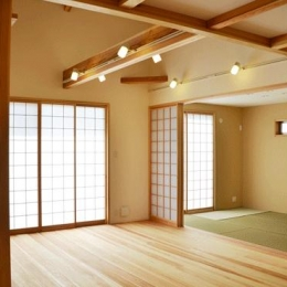リビングと和室を眺める (ハタノウエ~和歌山の家~)