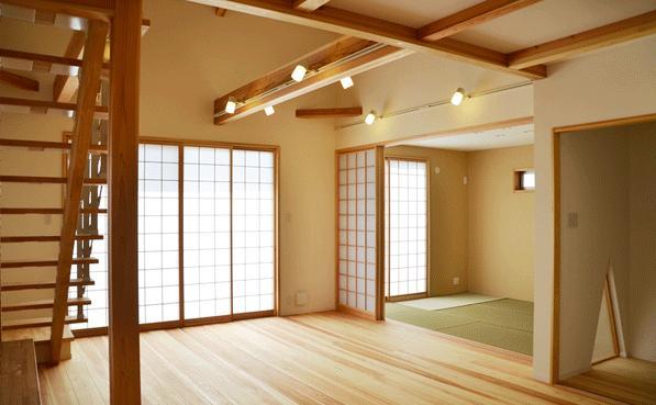 ハタノウエ~和歌山の家~の部屋 リビングと和室を眺める