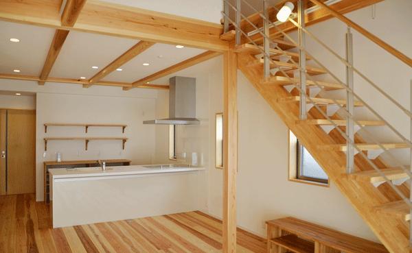 造作棚のあるキッチン (ハタノウエ~和歌山の家~)
