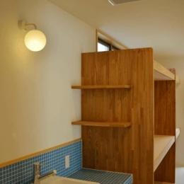 ハタノウエ~和歌山の家~ (タイルと木を感じる洗面所)