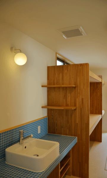 ハタノウエ~和歌山の家~の部屋 タイルと木を感じる洗面所