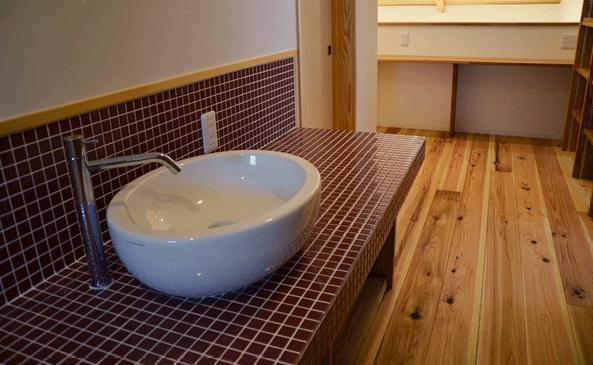 ハタノウエ~和歌山の家~の部屋 タイルの水場