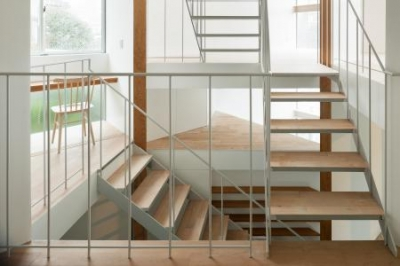 各スペースを繋ぐ階段・吹き抜け (上大崎の家)