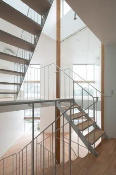 各スペースを繋ぐオープン型階段 (上大崎の家)