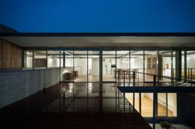 桜新町の家 (バルコニーから灯りのともったLDKを望む)