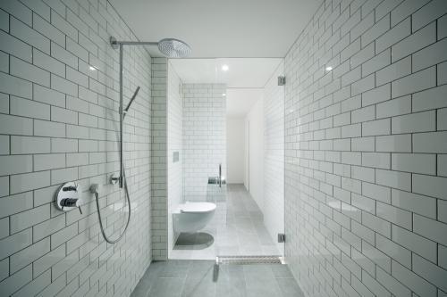 桜新町の家の部屋 グレーのタイル張りシャワールーム・トイレ