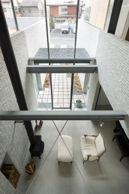 桜新町の家の部屋 吹き抜けからリビングを見下ろす