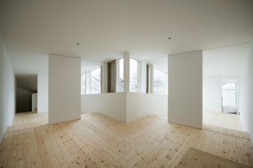 長浜のいえの部屋 シンメトリーな白い空間
