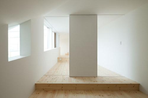 長浜のいえの部屋 白壁と無垢材の廊下
