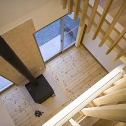 津市のA邸 (吹き抜けから薪ストーブのあるリビングを見下ろす)
