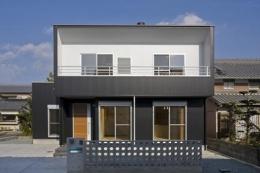 津市のA邸 (白と黒のコントラストが映える外観)