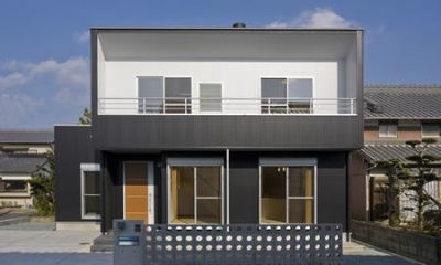 白と黒のコントラストが映える外観|津市のA邸
