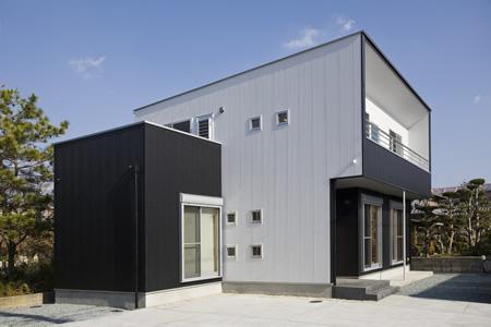 津市のA邸の部屋 白と黒のコントラストが映える外観