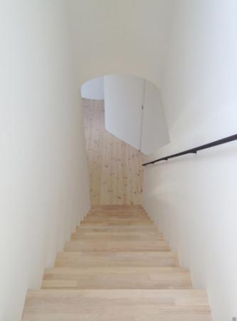 日野町のいえの部屋 階段から見下ろして