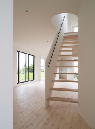日野町のいえの写真 開放感をもたらすリビング階段