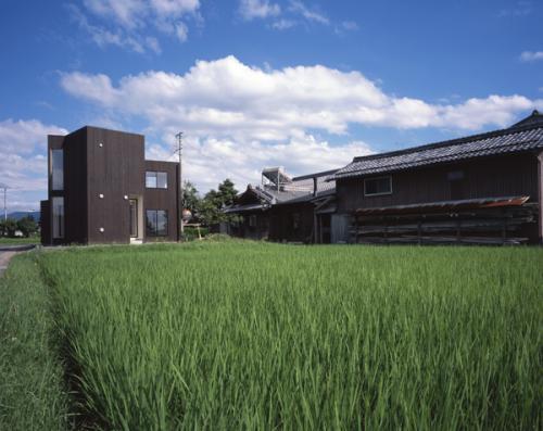 日野町のいえの写真 遠方から見た建物外観